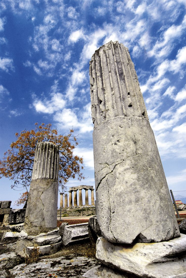 The ancient columns and the ruins of the temple of Apollon at the back in Corinth!