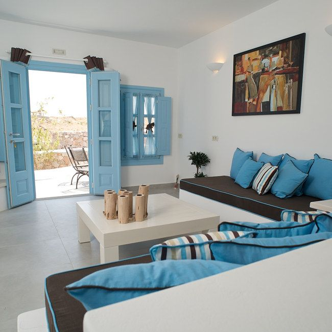 LIVAS PENSION, SANTORINI. Different openings tipically mediterranean, that allows people to enjoy the relaxing landscape view.