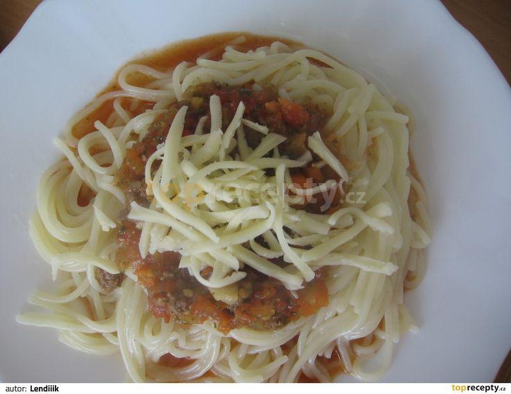 1) Na olivovém oleji opečeme při nízké teplotě česnek, cibuli, mrkev a celer (cca 5 minut) 2) Zvýšíme teplotu a přidáme maso a za stálého...