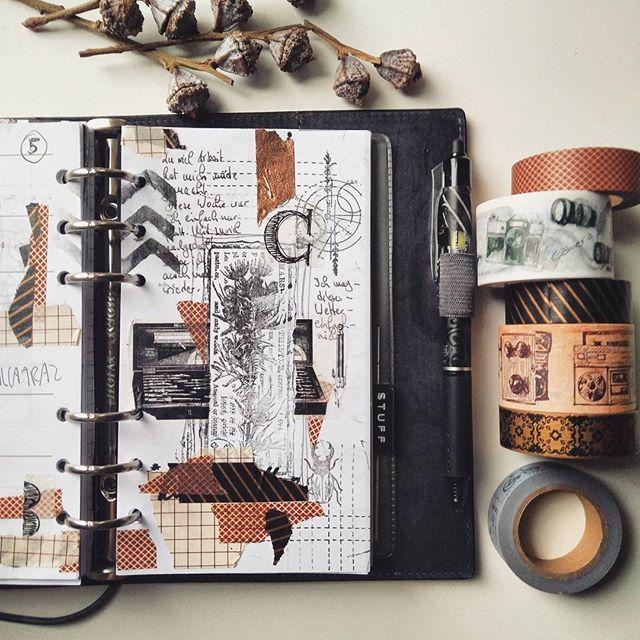Meine neuen Washis und Woche 5 in meinem Filofax Domino. Irgendwas stimmt nicht, ich halte es nun schon seit ein paar Wochen im Filofax aus. #woche5 #filofax #filofaxdomino #planerdecoration #chamilgarden #travelersnotebooks #travelernotes #midori #washis #washitapes #vintage #plannernerd #plannercommunity #kunsttagebuch #artjournaling #papeterie #signsinspace