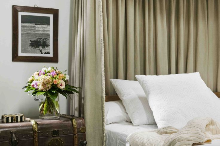 A classic flower bouquet on the bedside table | Un ramo de flores clasico en la mesa de cama