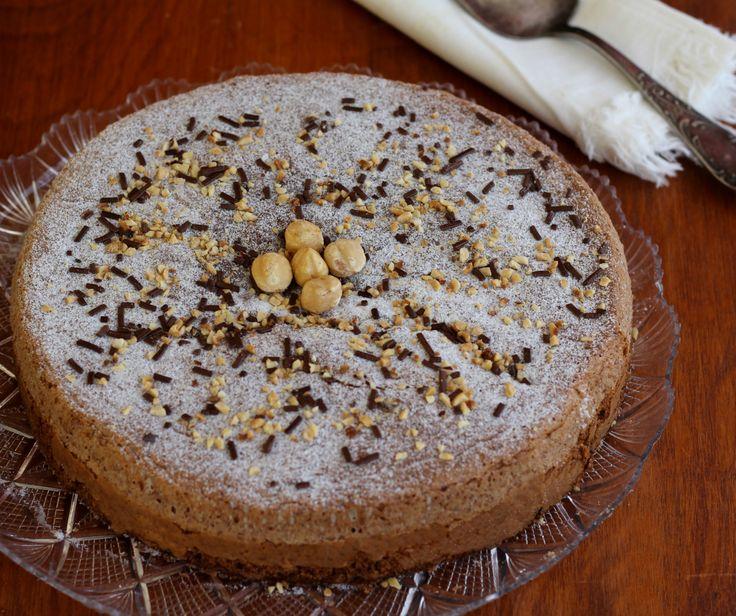 Torta caprese alle nocciole, dolce originario dell'isola di Capri. La mia versione è senza burro e non ha le mandorle ma le nocciole.
