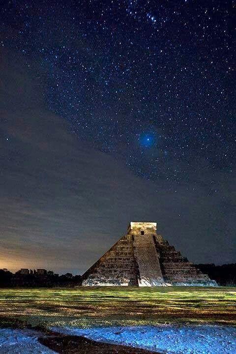 Chichen itzá es la zona más importante de la antigua civilización Maya, la cual se le conoce como la capital de imperio Maya. ¡Encuentra el lugar de los Dioses y disfruta de una noche estrellada! #Yucatan #OjalaEstuvierasAqui #BestDay