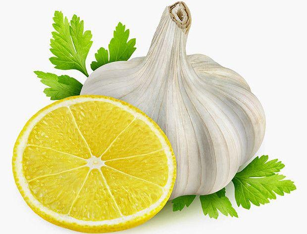 A fokhagyma és citrom nagy szerepet játszik az erek tisztításában. Csökkenti a koleszterinszintet, erősíti a vérereket, és ezzel egy időben csökkenti a kockázatot az olyan veszélyes betegségek kialakulásában, mint például az érelmeszesedés.