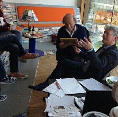 Directeur Erno de Groot bedankt Guido de Wijs. Hij krijgt als afscheid oa een mooie foto van hemzelf in 'Het Vooruitzicht' van de Bibliotheek door Frans Kanters