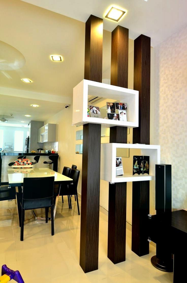 Raumteiler Holzbalken dunkles Regal weiße Küche Wohnzimmer