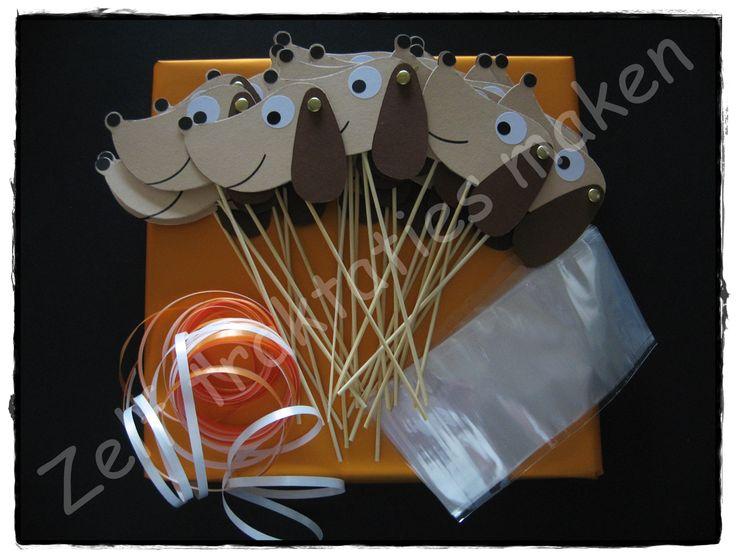 ♥ Traktatiepakket Takkie de Tekkel ♥ Inhoud: 25 traktatieprikkers 25 cellofaanzakjes 25 x 25 cm krullint Piepschuimblok om de traktaties in te steken. Slechts € 0.88 per traktatie.