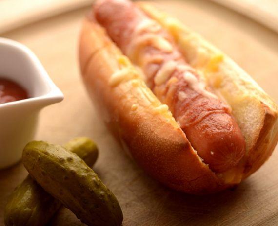 Pancho envuelto en panceta crocante con mozzarella fundida y salsa tártara.