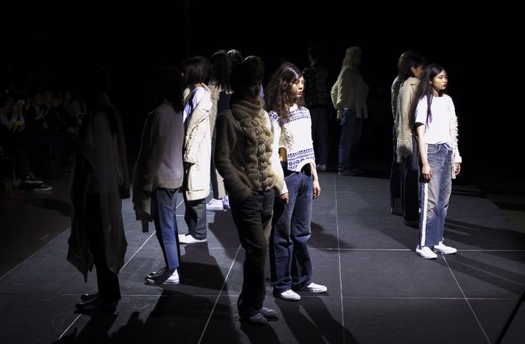 "【「Motohiro Tanji」2017 A/W TOKYO COLLECTION 反転する世界を表現】  「特徴的なニットを日常に溶け込ませる提案」をしているブランド、モトヒロ タンジ。デザイナーは、造形的なニットデザインで定評のある丹治基浩。今回のテーマは、「Reflected in the water」。水面に映る""逆さ富士""からインスパイアされたという。  つづきはこちら☞ http://soen.tokyo/fashion/collection/tanji2017aw.html"