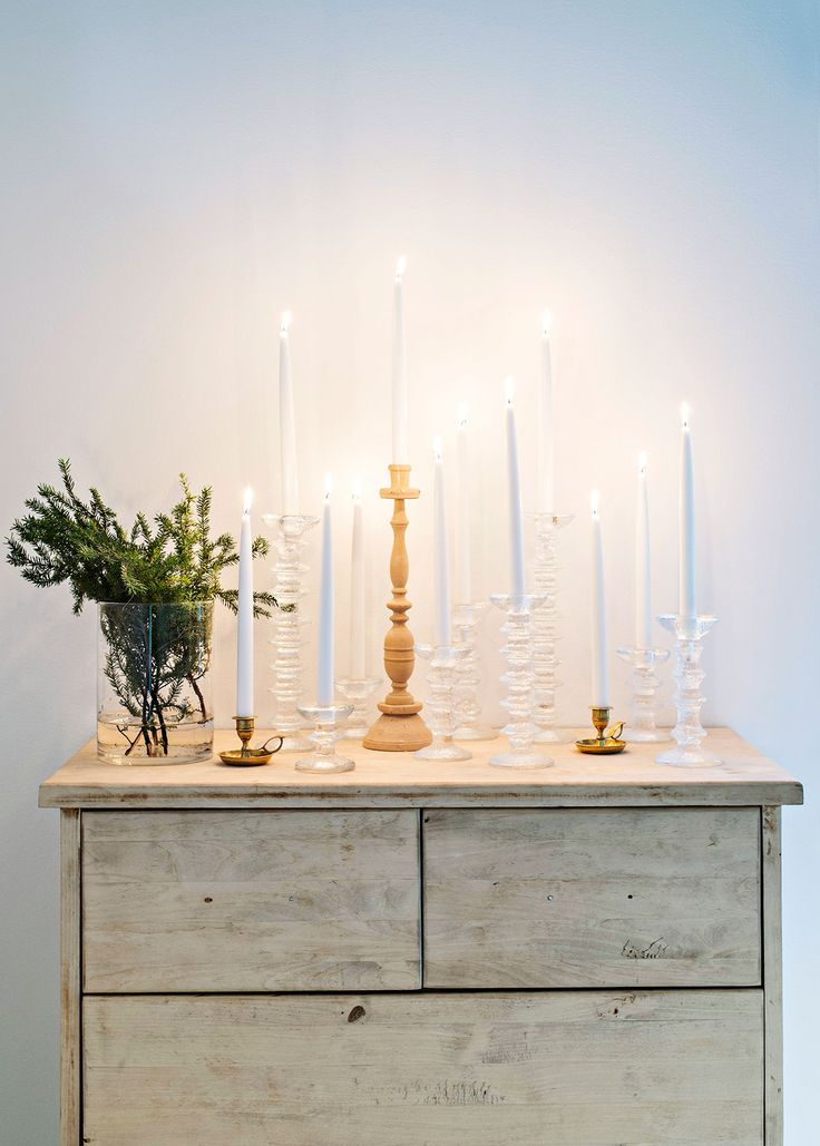 Makuuhuoneen lipasto on Jaakon tekemä yläasteen puukäsityötunneilla. Senja kerää Iittalan Festivo-kynttilänjalkoja.