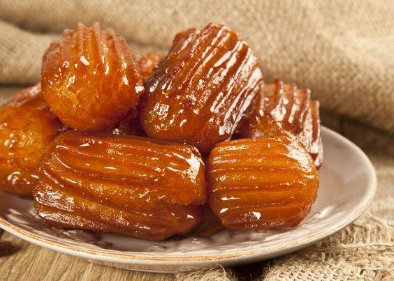 Tulumba este un desert turcesc insiropat delicios, similar in compozitie cu churros sau eclere, insa cu cateva diferente care schimba intregul preparat. Vezi mai jos cat de usor se prepara.