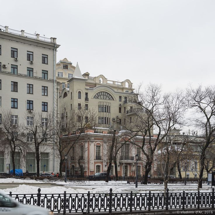 В подвале дома работали: театр-кабаре «Летучая мышь» Н. Балиева (с 1915), кабаре «Кривой Джимми», цыганский театр «Ромэн», театр-студия Ф. Каверина. Именно здесь в 1924 году открылся Театр сатиры. На первом этаже находилась московская контора берлинской газеты «Накануне». В годы нэпа на крыше дома можно было посетить кинотеатр, ресторан и висячий сад с архаичной, но идеальной гидроизоляцией из свинцовых пластин. Прежде того на крыше дома помещался зимний съёмочный павильон кинофирмы…