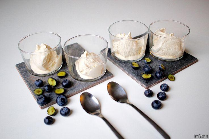 glassmaskin  glass Detta recept kan du använda som grundrecept och sedan tillsätta olika smaker för variation. Till 4 portioner 2 ägg 3 dl grädde 1/2 tsk vaniljpulver 1-2 msk sötning, exemeplvis sötströ Gör så här: Vispa äggen fluffiga i en skål, tillsätt vanilj och sötning. Vispa grädden fluffig, blanda sedan samman med äggblandningen. Kör i glassmaskin cirka ...