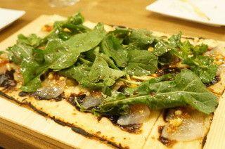 タルトフランベ・ルッコラのサラダ、真鯛のカルパッチョをアンチョビと松の実で(1890円)  (写真) : コテ・フー[食べログ]