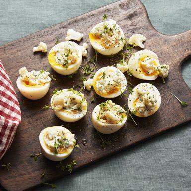Toppa ägghalvorna med något så oväntat som picklad blomkål med krämig dillmajonnäs. Blomkålen vinner på att picklas några dagar i förväg. Koka gärna äggen dagen före så går det snabbt att lägga ihop rätten på jul-, påsk- eller midsommarbordet.
