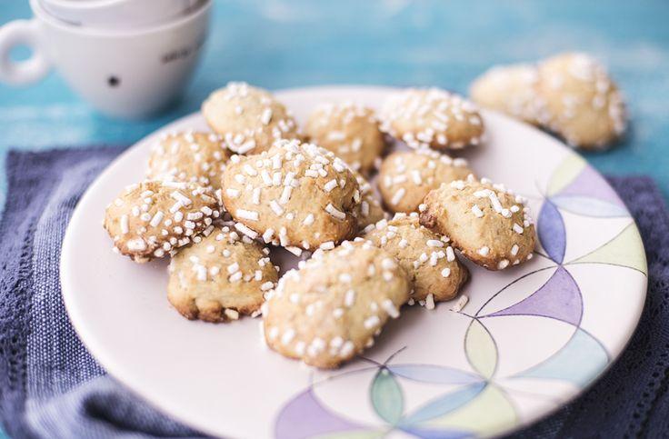 I biscotti semplici alla banana sono dei dolcetti facili da realizzare a casa e ottimi da servire durante la merenda o come snack.