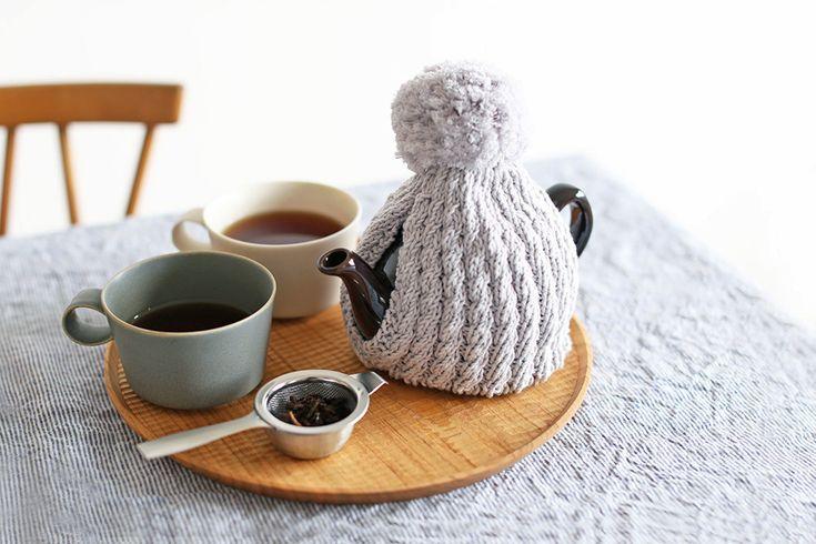 """ゆっくり楽しみたいTea Timeのお茶。寒い冬だとせっかく淹れたポットの紅茶も冷めるのが早くなってしまいますよね。そんなときに重宝するのが紅茶を温かく保ってくれる""""ティーコージー""""。コロンとした丸みのある形と見た目がとっても可愛くて、キッチンに置いてあるだけでおしゃれなインテリアにもなりそう☆そんなティーコージーを暮らしに取り入れてみませんか♪"""