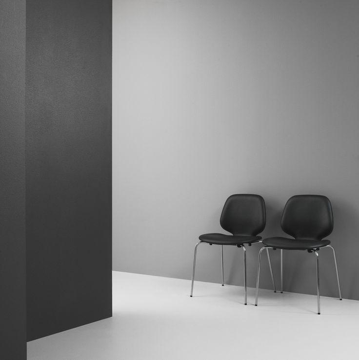Black furniture in a minimalistic design create dramatic interior statements!