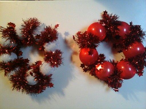 Ghirlanda natalizia con collant colorati e palline in disuso.