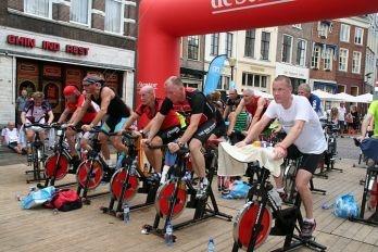 Roparun teams organiseren verschillende acties, zoals deze spinning marathon, om zoveel mogelijk donaties op te halen.
