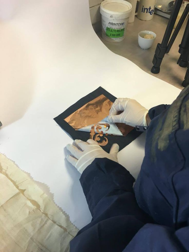 Luego del proceso de planchado, dejar enfriar sin mover y retirar el papel de encima de la tela.