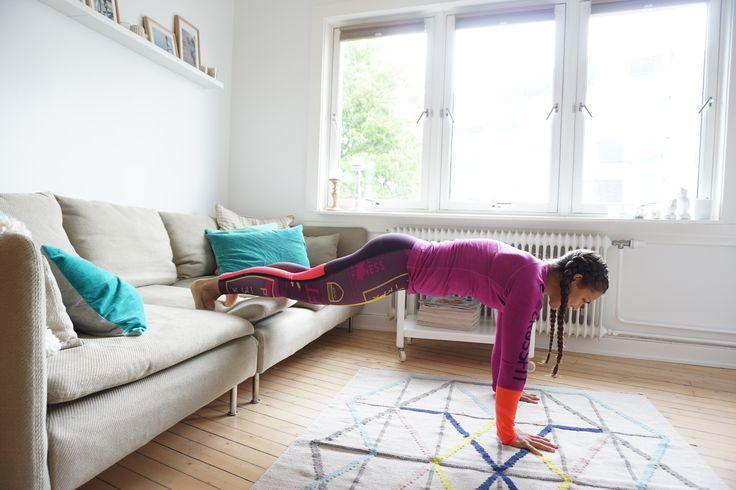Hjemmetreningsentusiast eller sofagris… her kommer programmet for deg! Du kan (nesten) holde deg på favorittplassenforan tvenog allikevel gjennomføre ett effektivt fullkroppsprogram! Bulgarske utfall 8 reps på hvert ben x 3 sett Push ups med bena på sofaen 6 reps x 3 sett Push ups med hendenepå sofaen 10 reps x 3 sett Pike push ups …