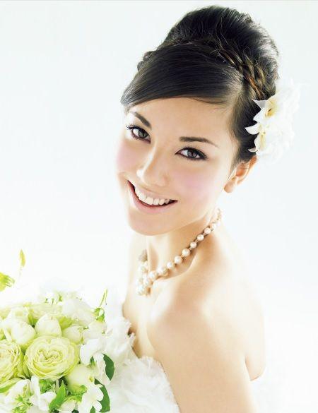 結婚式のヘアスタイルは花嫁さんの重要ポイント!同じ夜会巻きでもスタイルによって印象が変わります。花嫁ヘアの参考になりましたら幸いです。