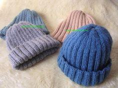 Esses gorrinhos podem ser feitos com a lã Sedificada, Elegance, Família, etc.   Um novelo (100g) dá para fazer 2 gorrinhos.   Você po...