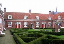 Den Haag heeft de meeste hofjes van Nederland, namelijk 115. De bekendste en mooiste is het Hof van Wouw aan de Lange Beestenmarkt (dit hof is privé terrein). Dit hof is bedoeld voor alleenstaande vrouwen van 50+.