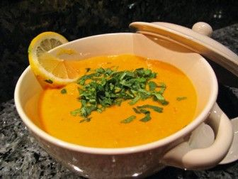 Supa crema de dovleac si linte este o reteta exotica, preparata cu lapte de cocos. Vei gasi in ea arome deosebite