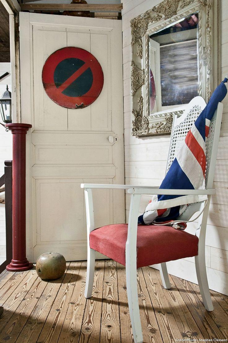 Peps et charme d'une maison 1900 en Bretagne : lambris blancs, chaise cannée et mobilier ancien font bon ménage dans cette maison des Côtes d'Amor.