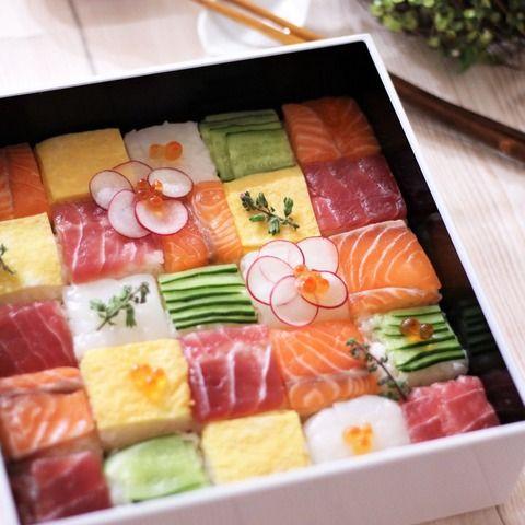 華やかで彩りがキレイなモザイク寿司。 専用の押し型がなくてもおうちにあるもので作れちゃいます! ひな祭りや卒業・入学シーズン、おもてなしに最適なおうちで作れるモザイク寿司の作り方をご紹介します。