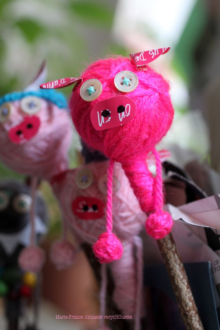 Trois petits cochons - 3 little pigs ~ perfect little puppets on a stick!  :)