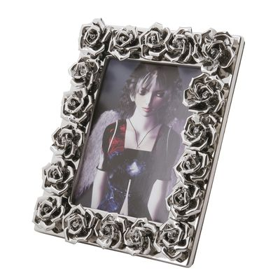 Surrounded by a profusion of three dimensional roses, this delightful frame will display your favourite photograph to its full advantage. Each of the 18 roses that border the frame is realistically crafted in silver ceramic.