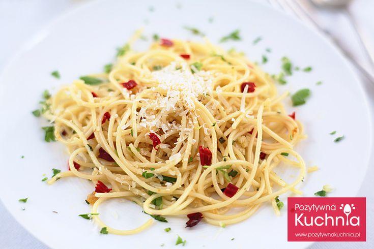 Można zjeść makaron solo, można tak jak ja dodać sobie białko, w moim przypadku był to łosoś. Bazą przepisu jest spaghetti aglio e olio, czyli makaron podsmażany na oliwie z czosnkiem.