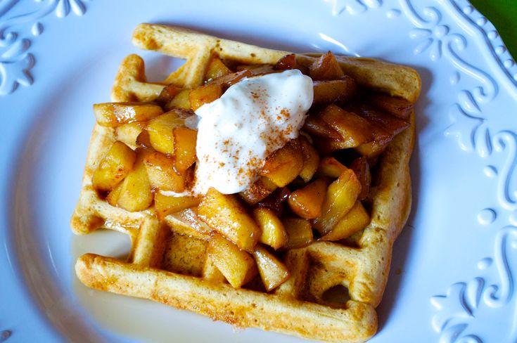 Buoni per la prima colazione o per la merenda. Ecco la ricetta per i Waffles, stavolta alla cannella con le mele