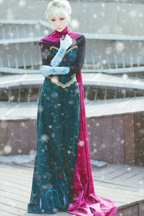 Frozen: Elsa. Great cosplay, I like that it is before let-it-go. I feel like nobody does that... #camiseta #cosplayer 2#camisetagratis #cosplay #friki #regalos #ofertas #ropaoferta