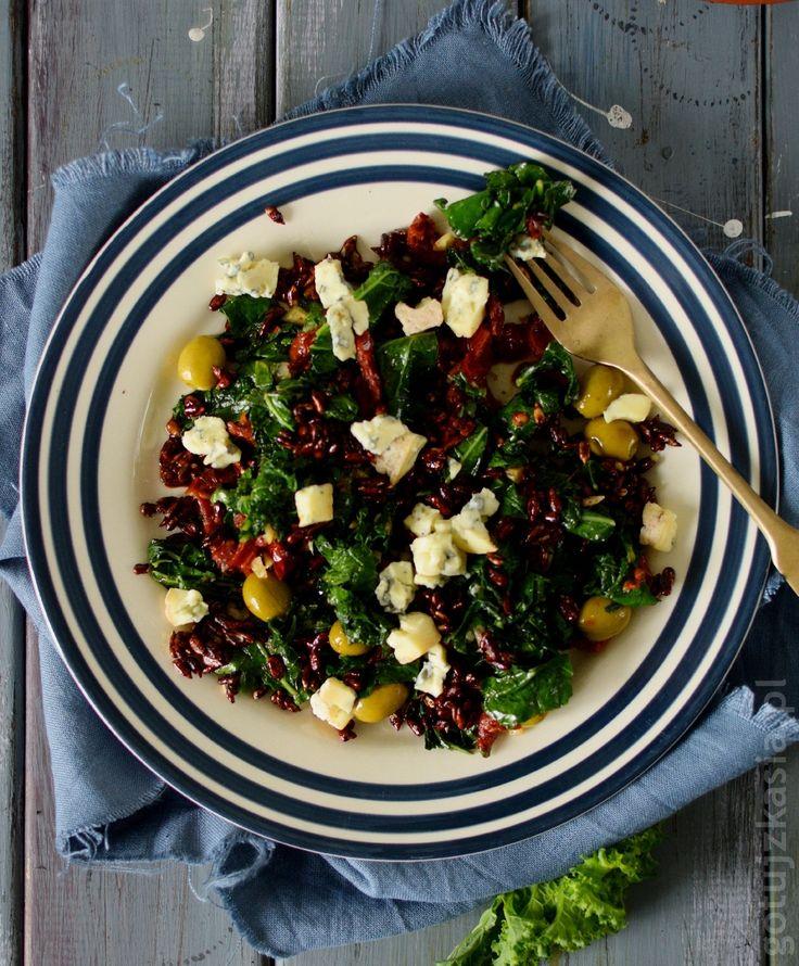 sałatka z jarmużem, oliwkami, pestkami słonecznika i pomidorem suszonym