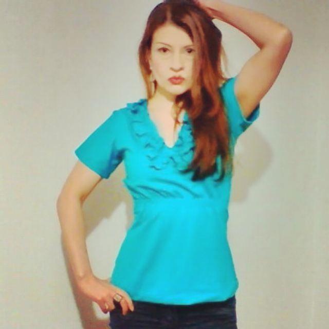 biusa licrada con detalle de olanes en el cuello y encauchada en ña cintura $35.000