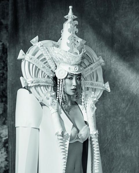 "Costume de hârtie am creat special pentru lenjerie de nunta de la ""Wild Orchid"" # дикаяорхидея companie #wildorchidofficial.  Aceasta este stilizare de mireasa rochie de mongol.  director de moda: Julia Piterskaya Creative.  Producător: Miranda Saliya Fotograf: Ira Bordo Model: Oksana Kim #artonpaperfair #heardress # сostume #fashion #art #paperart #weddingdress # избумаги # бумага #paper #artist #dress #model #beauty #etno #bride #costume #asyakozina #mongolia #tribal #contemporaryart #…"