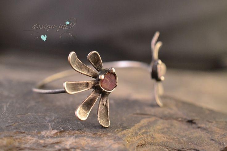 Květinový+náramek+Výrazný+cínovanýnáramek+skousky+surového+granátu++Šperk+je+vyroben+technikou+měkkého+pájení+(Cu+drát,bezolovnatý+cín+s+příměsí+stříbra),patinován+a+ošetřen+antioxidantem.+Velikost+uni+tento+šperk+neposílám+v+dárkové+krabičce+!Ke+každé+objednávce+výherní+los+jako+dárek!!