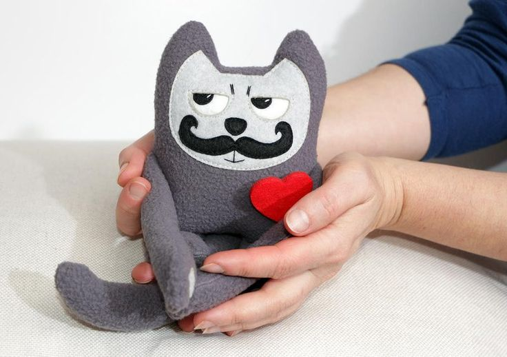Stofftier Mini Schnurrbart Katze verliebt von Ecotule auf DaWanda.com