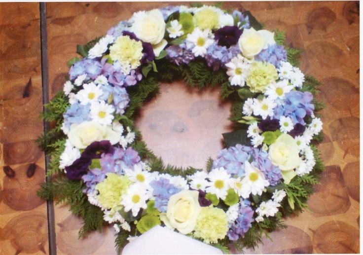 blå og hvit begravelses krans