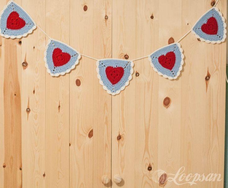 #BLOG | Bandeirolas de crochê para começar o sábado inspiradas. Me conta qual o artesanato que você vai fazer no fim de semana? Se tiver precisando de ideias passa lá no http://ift.tt/11TT7Wu e confira tudo o que rolou essa semana. #crochê #bandeirola #coração #fofo #romântico #decoração #artesanato #festas #euamofazerartesanato