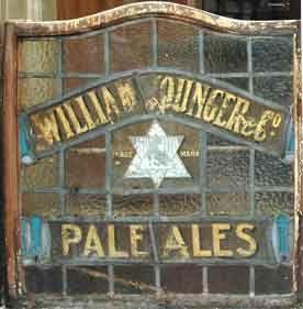 """""""Il bar in uno dei vicoli più squallidi di Glasgow aveva un'aria decrepita e poco invitante. La vernice delle pareti portava i segni di innumerevoli risse e i vetri smerigliati delle finestre sudice avevano ancora inciso sopra il nome di un distillatore ormai caduto nell'oblio."""""""