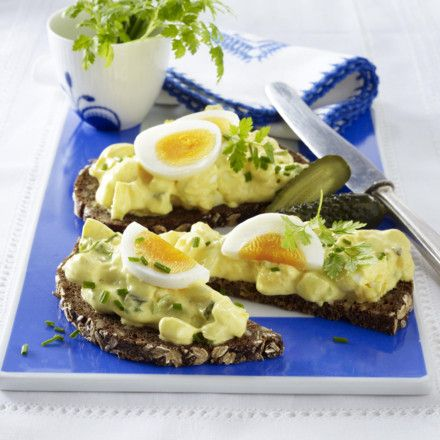 Eiersalat mit Gewürzgurke und Curry-Mayonnaise Rezept | LECKER