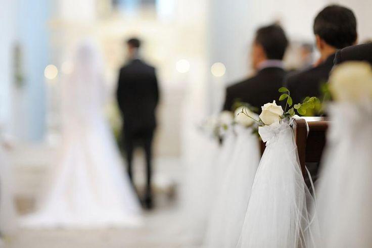 Wie lässt sich die Kirche geschmackvoll dekorieren – bei Bedarf auch mit kleinem Hochzeits-Budget? Tipps rund um das Thema Kirchenschmuck bekommen Sie hier.