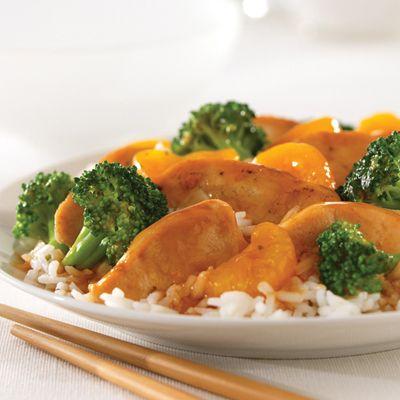 Pollo con Mandarina y Brócoli: Salsa para saltear de naranja y jengibre La Choy Orange Ginger Stir Fry Sauce combinada con pollo, brócoli y naranjas mandarina para una cena rápida de día de semana