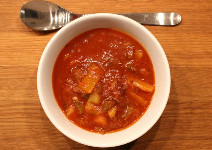 En av de suppene som har fått ligge på vent i suppeserien ungarsk gulasj. Vi måtte bare komme litt mer i sesong. For hva smaker vel bedre enn en god kraftig varm suppe når det er som kaldest i januar. Nå er det jo nesten tropevarme i år, men skulle de bli en kald senvinter har man i det minste d