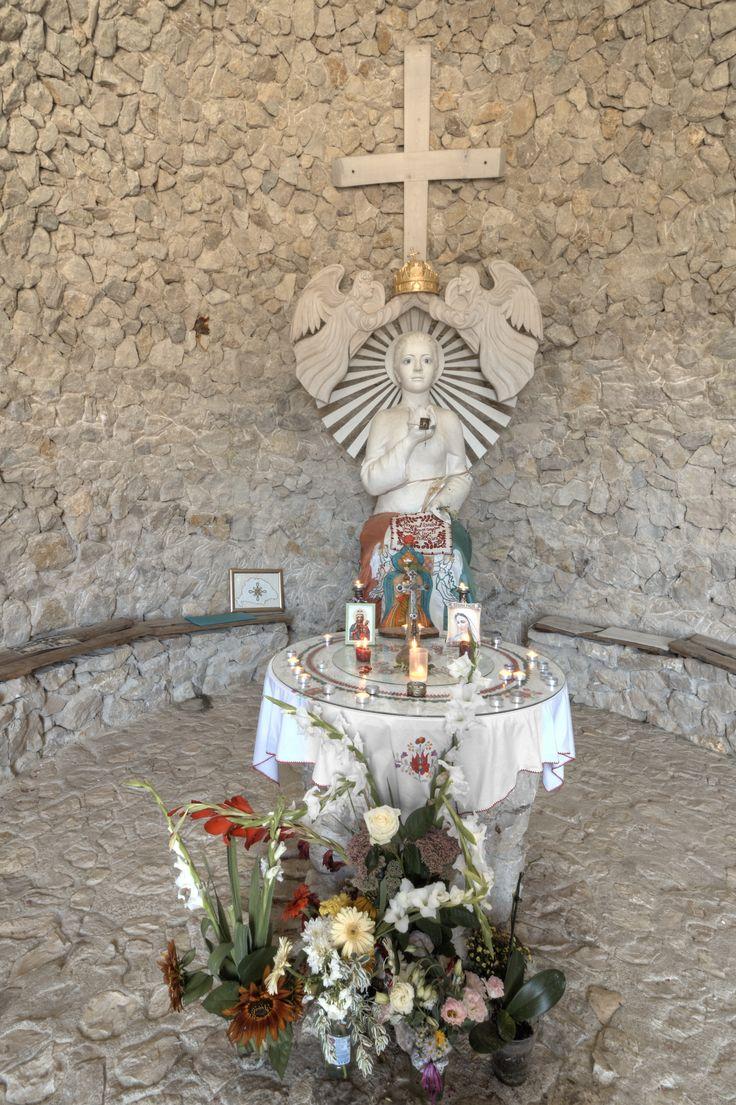 Az oltár a Pilisi Boldogasszony kápolnában